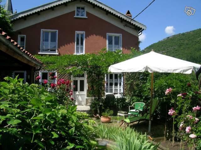 Maison de charme dans village Aveyr - Brusque