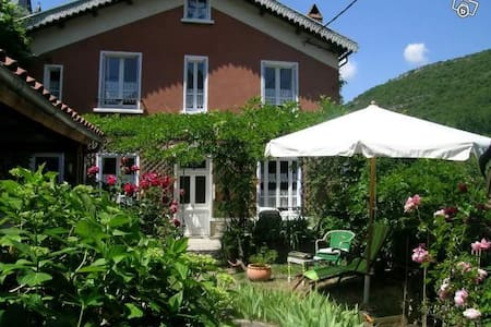 Maison de charme dans village Aveyr - Brusque - House