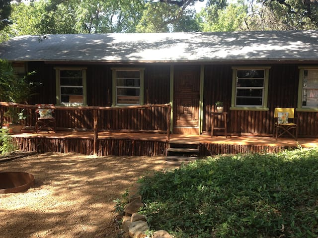 Log cabin in the heart of 78704 houses for rent in for Austin cabin rentals