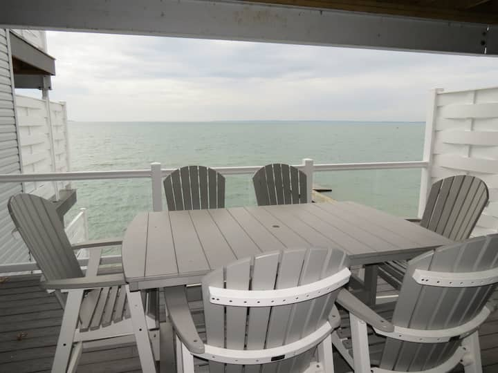 Incredible New Put-in-Bay Condo - 2 Floors, 4 BR on the Water - 12 ppl max - Put-in-Bay Waterfront Condo #208