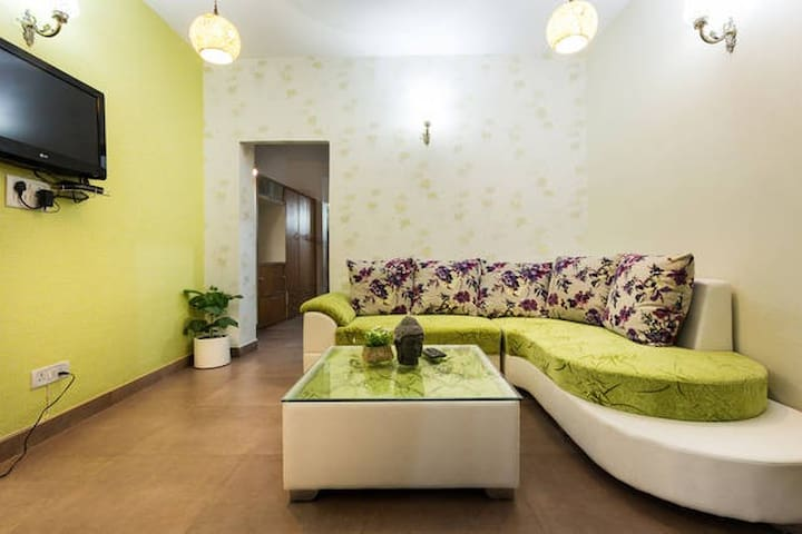 Charming 2 bed apartment@ HauzkhasVillage