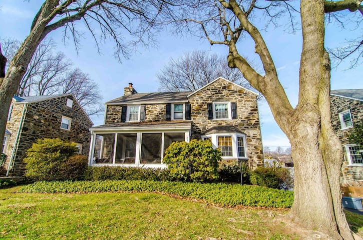 Drexel Hill Colonial Pope Visit - Drexel Hill - House
