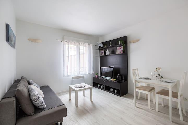 Un coin salon pour vous reposer après le travail ou une journée de visites. Télévision HD, cafetière Nespresso , tout pour votre détente.