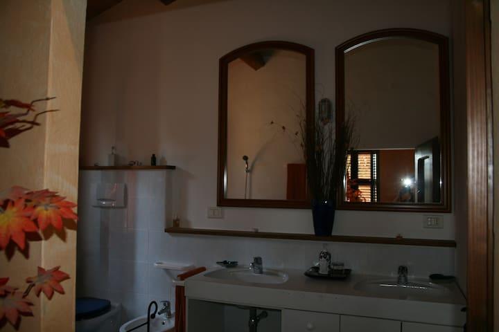 Il grande bagno con vasca e doppio lavabo della Camera Comfort.