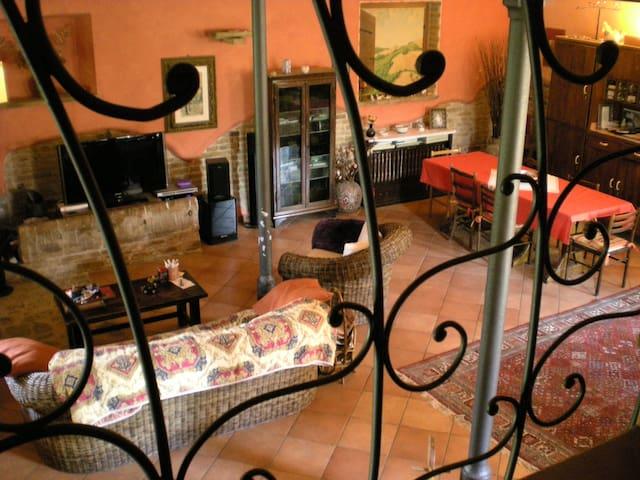 Il salone visto dalla scala che porta al primo piano alla camera Comfort. (2)