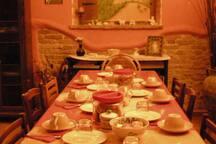 Il tavolo per gustarsi la colazione nella stagione invernale, riscaldati dal camino, all'interno del salone.