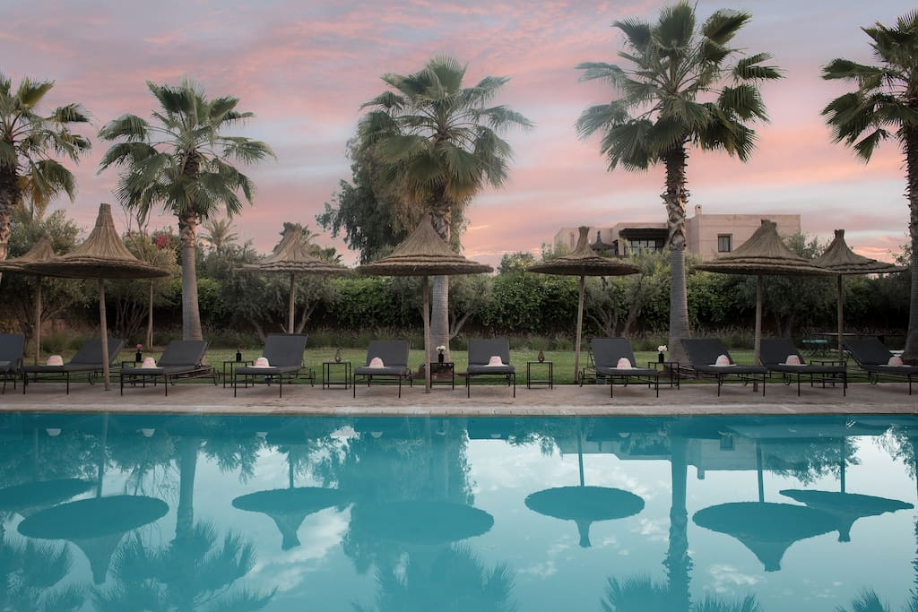 La piscine à débordement au coucher du soleil