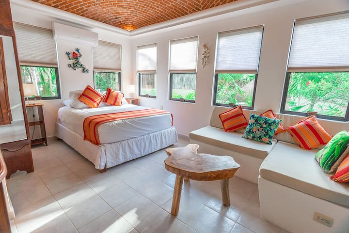 Lovely, clean space with lots of natural light.  Spanish colonial style ceiling feature gives authentic mexican flare. Hotel quality beds and linens.