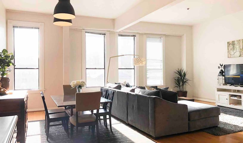 Spacious Gaslamp loft+parking walk to Convention