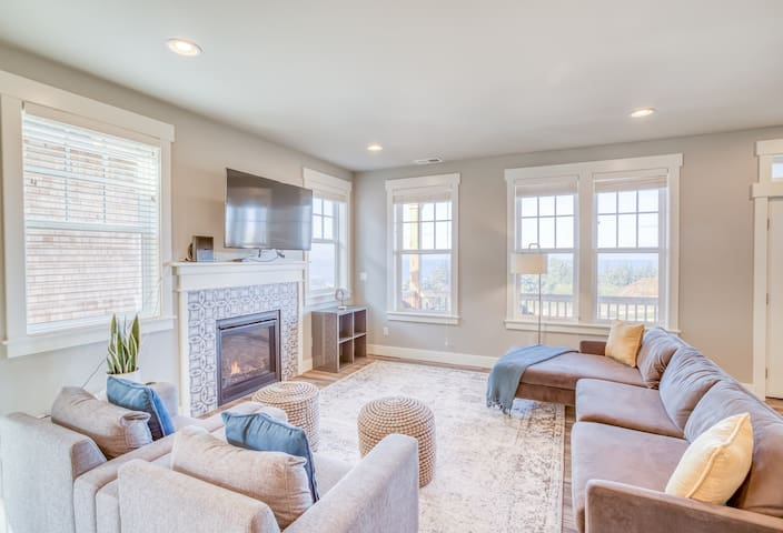 The Schoolhouse - NEW Luxurious Contemporary Whale Watch Village Home Has Panoramic Depoe Bay Ocean Views!