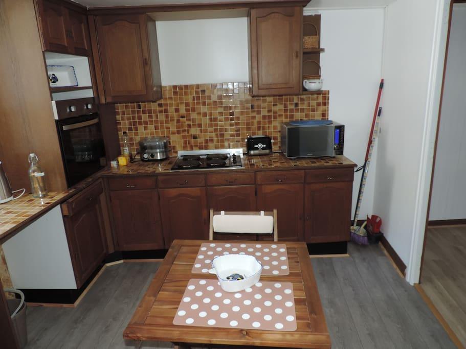 cuisine équipée four, plaques de cuissons, lave vaisselle, grand frigo et petit congélateur