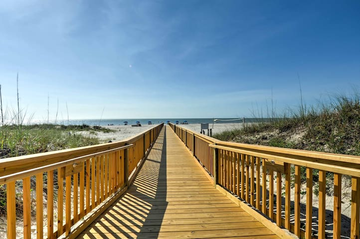 Hilton Head Island Condo w/ Pool & Beach Access!