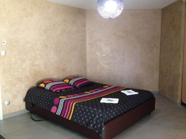 Chambre avec douche privée et accès direct jardin