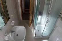 Bagno completo di doccia e lavatrice