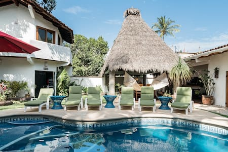 Palatial Villa with Pool, BBQ Patio and Minutes to the Beach