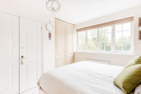 Cosy MASTER BEDROOM + ENSUITE shower: females only