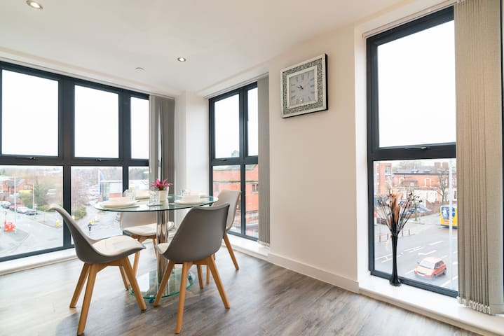 5*Manchester Penthouse 2 en-suites sleeps 8