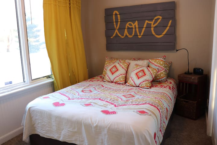 upper bedroom queen bed