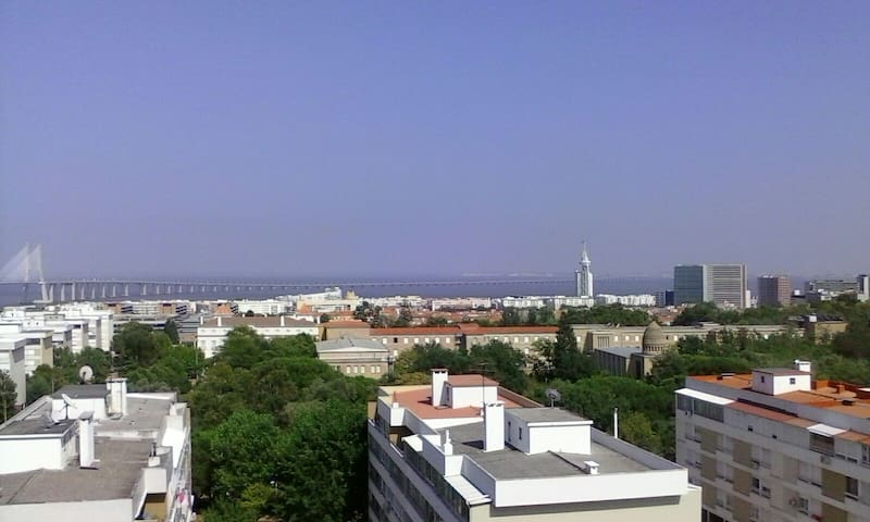 Double bedroom, View river Tejo, 5 m from Airport - Moscavide