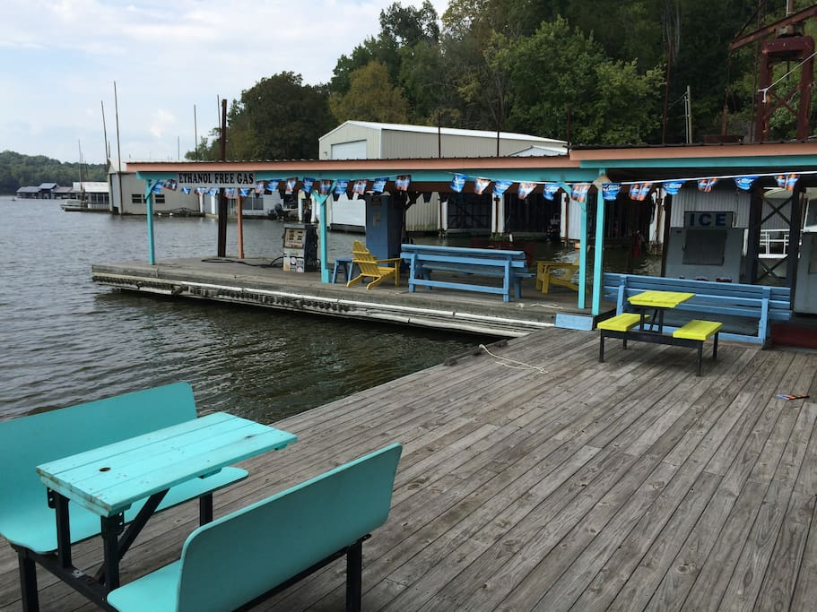 Outdoor dining gives an opportunity to meet boaters refueling