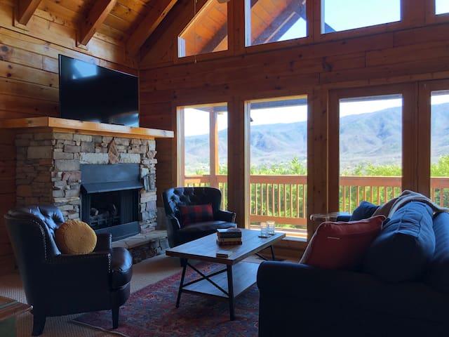 HOLIDAY GETAWAY!! Perfect Mountain Views! Hot Tub!