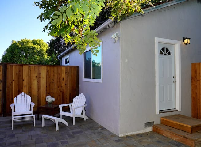 Remodeled Guest House in Great Location