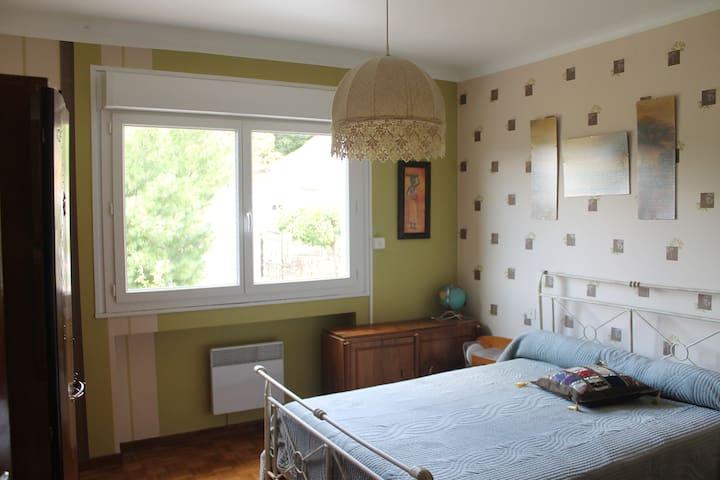 La chambre verte avec armoire