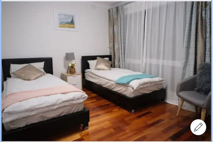 Charming bedroom in Glen Waverley位置便利,房间明亮干净