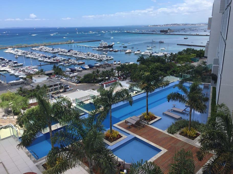 Piscina e Bahia Marina ao fundo