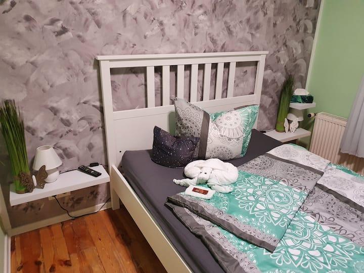 gemütliches Zimmer mit Doppelbett + Arbeitsplatz