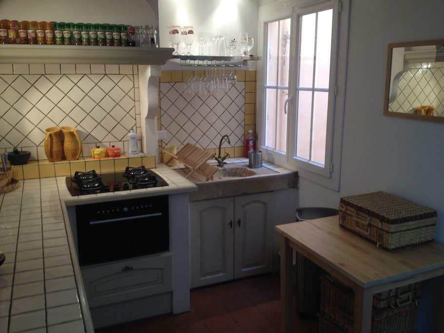 Entrée au troisième; cuisine équipée avec une petite table pour les repas.
