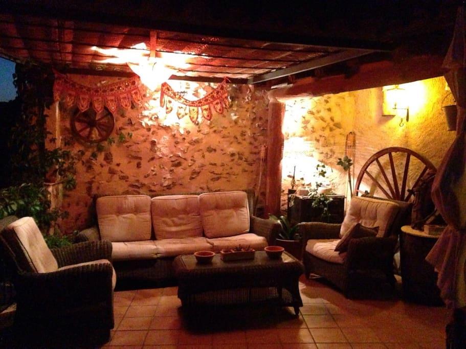 Terraza de noche Relax total con una buena copa de vino del Priorat