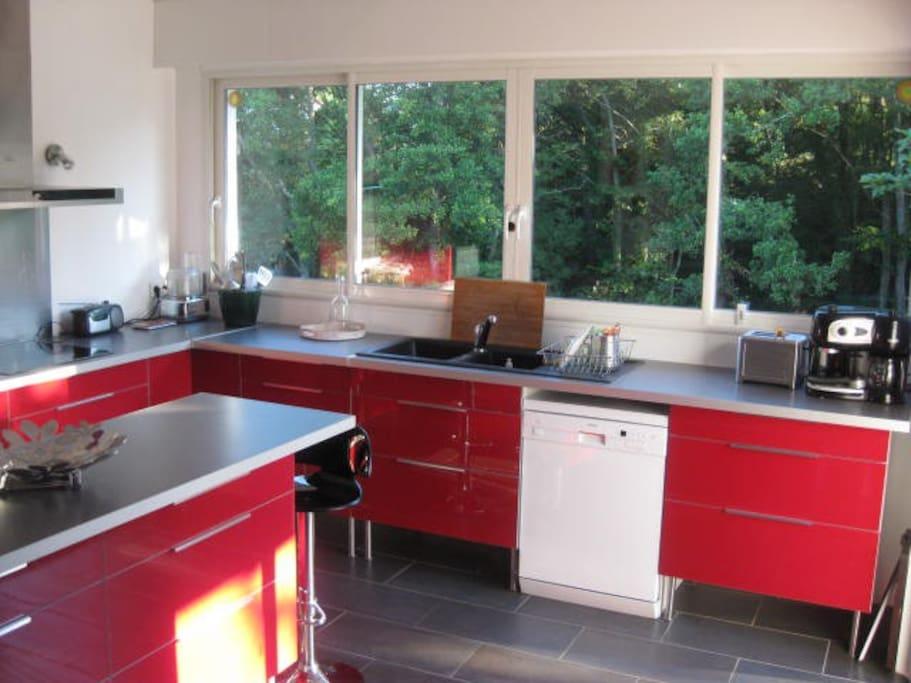 la cuisine spacieuse et moderne donnant sur des trois terrasse avec vue sur la forêt.