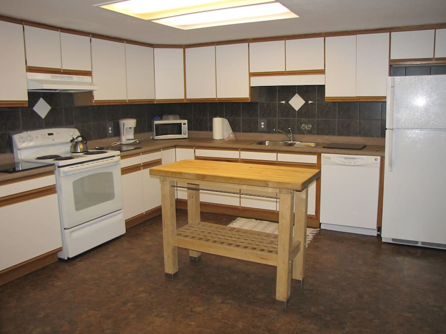 Kitchen with everything to make your meals.