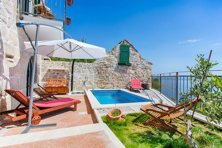 ctbr203/ Stone villa with private pool in Brela, 4 adults + 1 child, wi-fi, AC