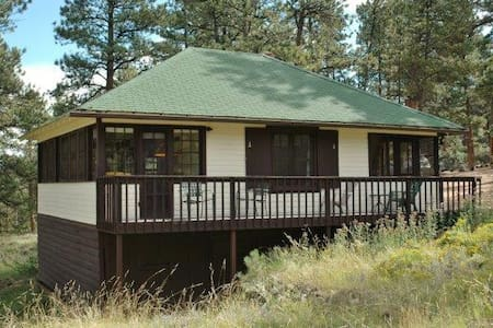 Tall Pines Cabin - 2BR w/ Hot Tub! - 小屋