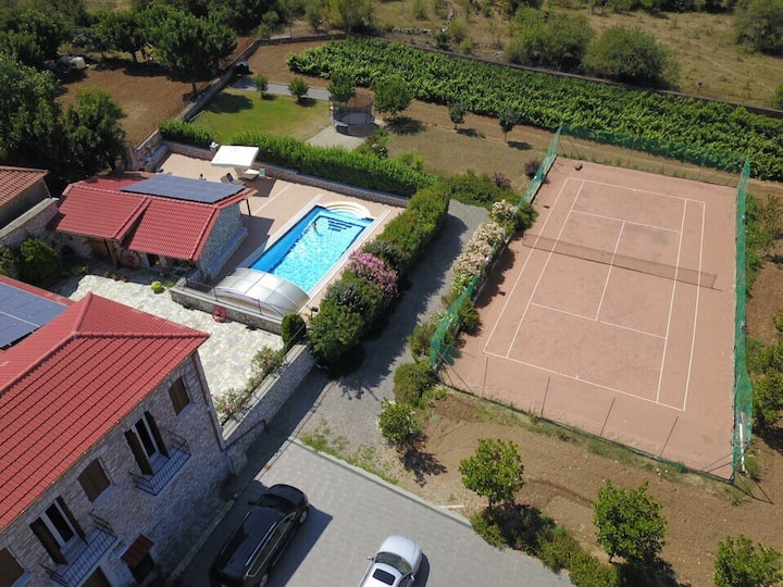 Vineyard with pool and tennis!
