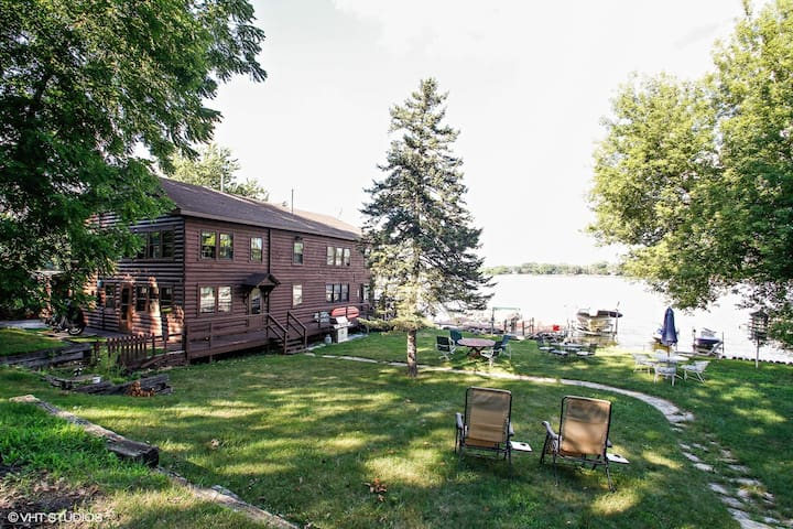 Waterfront Beauty on Bluff lake (3bdr/sleeps 6)