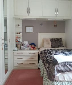 Single Bedroom in leafy suburbs - Walton-on-Thames