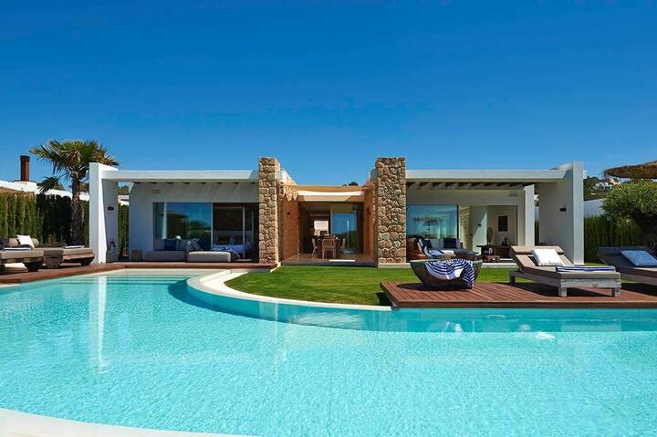 Splendida villa in una delle calette più belle.