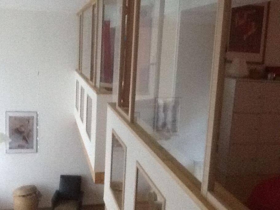 Vue sur les caissons chambres. Au fond celle d'enfant au milieu le lit double parent. La photo est prise  depuis la 3ème chambre équipée d'un Canape lit 2 personnes