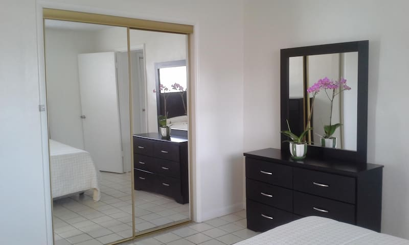 Spacious room with private bath - Hollywood - House