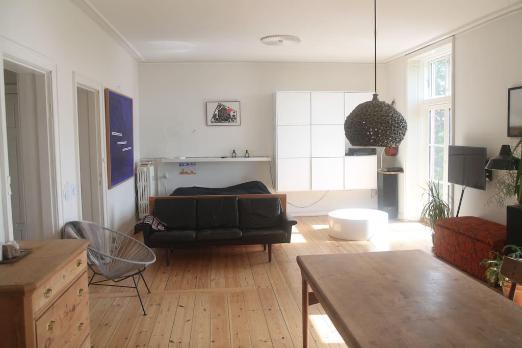 Stor og lys 35 m2  østvendt stue