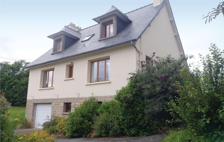 Holiday cottage with 5 bedrooms on 130 m² in Crehen
