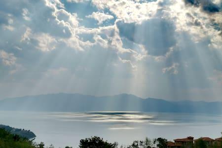 抚仙湖欢乐一家亲:紧邻网红小镇,出门步行3分钟左右就到。小镇业态丰富生活方便,还有无边游泳池。