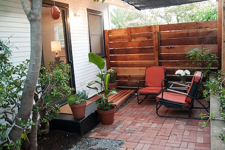 We just restored this lovely 1950's one bedroom cottage with beautiful hardwood floors, a new bathroom, new appliances, and a cute courtyard patio out front. Quiet and centrally located. 10 min. to downtown.