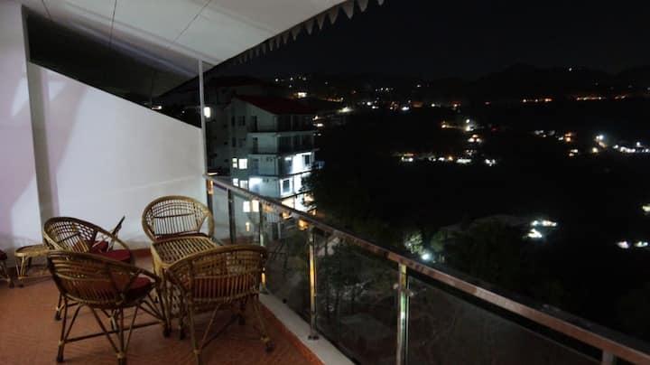 Dagshai Home/Dharampur/Peaceful/Balcony/Kitchen