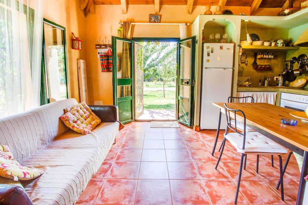 Cocina y vista de la casita colindante con la piscina