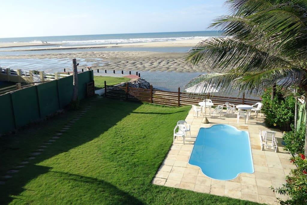 Quintal, piscina e praia.