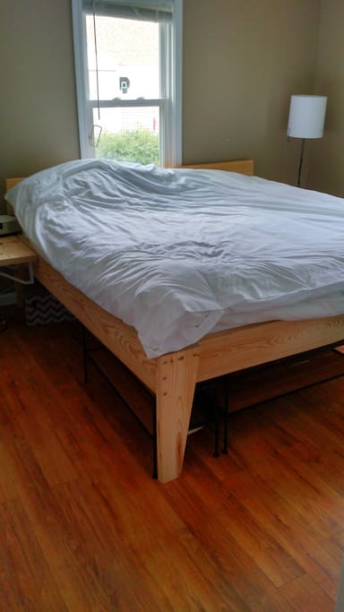 HOUSE: King-sized bed that can sleep 2